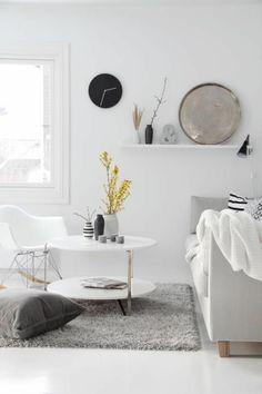 weicher teppich dekokissen weiße einrichtung regal dekoartikel