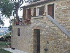 Case Di Campagna In Pietra : Casa di campagna con il vecchio banco della pietra e della porta