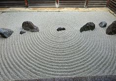 水を使わずに水面を表す枯山水。水を使ったほうが簡単なような気もする