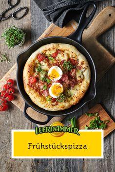 Wer sagt denn, dass man Pizza nicht schon morgens genießen kann? Unsere Frühstückspizza mit Bacon, Tomate und Ei ist zu jeder Tageszeit ein Leckerbissen! #Frühstückspizza #pizza #frühstücksrezepte #einfacherezepte #bacon #rezeptemitkäse #ofengerichte #mitkäseüberbacken #käse #schnellerezepte