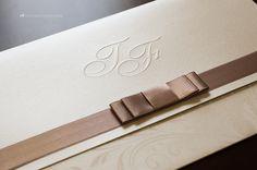 Detalhe do acabamento em laço Chanel e do monograma em relevo seco.