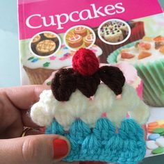 Previa de feriado con tutorial de cupcakes!  YouTube+Video+Tutorial  youtube.com/c/LasVaretasCrochetByGuala Crochet Cupcake Tutorial is up on my YouTube channel (English subtitles!) #crochet #lasvaretascrochet #tutorial #diy #craft #cupcake #crochetcupcake #grannysquare #knitting #yarn #videotutorial #youtube #garland #scarf