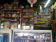 Los grandes almacenes venden el helado, dulces, bebidas y chips.