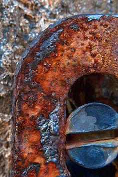 Superfície com corrosão. Verifique como prevenir desgastes por corrosão no site: www.rijeza.com.br