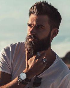 bart style ideen legerer look trendy cool t-shirt weiß armbanduhr schmuck für männer ringe