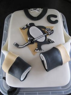 Pens Hockey Cake - I'm not a Pittsburgh Penguins fan (although considering Sidney Crosby's on it, maybe I should be) but this is a cute cake nonetheless. Hockey Birthday, Hockey Party, 40th Birthday, Birthday Cakes, Pens Hockey, Hockey Mom, Pittsburgh Sports, Pittsburgh Penguins Hockey, Nhl
