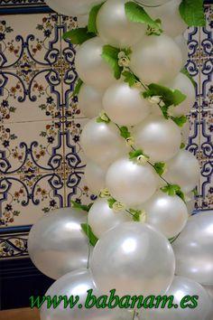 Decoración con globos en perla y flores para comunión niño. Babanam.