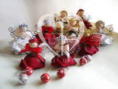 fiore di stoffa o velluto, ali in ferro battuto o feltro, sonagli in tinta con i capelli dell'angelo