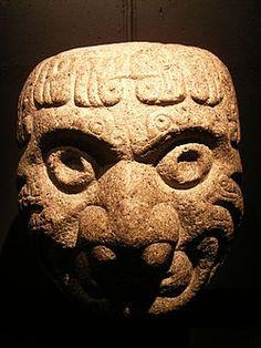 Las cabezas clavas son monolitos, es decir, esculturas en bulto, labradas en piedra. Son grandes y algunas alcanzan el tamaño de una calabaza.      Son representaciones de seres míticos, con rasgos antropomorfos (de humano) y zoomorfos (de animal: felino y ave de rapiña).      Algunas tienen decoraciones de serpientes, a manera de cabello, así como protuberancias encima de la cabeza, que simulan crestas.