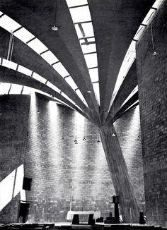 Interior de Iglesia de San Lorenzo (Santa Monica), Colonia Tlacoquemecatl del valle, México DF 1960    Arqs. Fernando López Carmona y Félix Candela -    Interior of Church of San Lorenzo (Santa Monica), Mexico City 1960
