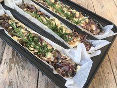 Lavkarbo focaccia med sprø topping av løk og ost. Fresh Rolls, Ethnic Recipes, Food, Meals, Yemek, Eten