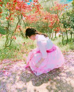 . Pinkpink .줍줍  한복 : @heeon .  #iphone6 #insta_korea #ig_korea #girl #portrait #korean #official_korea #instagood #instagram #whp #전주여행 #완산공원 #희온한복 #겹벚꽃 #왕벚꽃 #벚꽃놀이 #철쭉축제 #생활한복 #전주한복