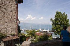 Yvoire: dorp met uitzicht over het meer van Genève ***** | Dorpen in Frankrijk Yvoire, Sidewalk, Alps, Side Walkway, Walkway, Walkways, Pavement