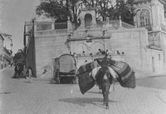 """Largo do Rato 1900 One of the fountains that the Aqueduct fed the """"free waters""""… Algarve, Old Photos, Vintage Photos, The Old Days, Capital City, Portuguese, Vintage Posters, European Countries, Past"""