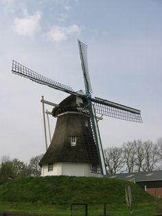 De molen was een van de eerste grote machines. Die werkte op wind. Net zo als het eerste vervoersmiddel (de zeilboot).