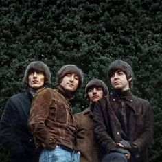 Perfect 🥰 The Beatles' 1965 photo session for Rubber Soul. This was taken at John's house Foto Beatles, Beatles Love, Les Beatles, Beatles Art, Beatles Photos, Beatles Poster, Beatles Guitar, John Lennon, Beatles Rubber Soul
