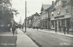 Troms fylke TROMSØ. Storgaten med folk og butikker. Bl a Th.L.Lunde, Hanna Wicklund etc. Utg Mittet 1930-tallet