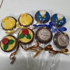 Pirulito de chocolate A Bela e a Fera, personalizado em pasta americana, embalado em celofane transparente e fita de cetim.  PESO APROXIMADO
