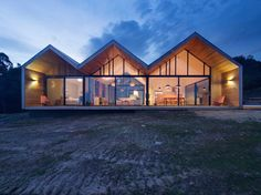 Australian architecture firm have designed the Lookout House, located in Port Arthur, Tasmania. From the architect Positioned on a Melbourne Architecture, Australian Architecture, Residential Architecture, Architecture Design, Amazing Architecture, Gable House, Gable Roof, Chalet Canada, Eco Construction