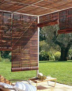 Pergola avec stores en bois sur la terrasse du jardin