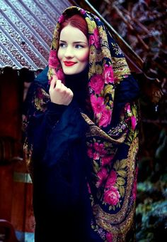 Pavlovsky Posad shawl, Russia #shawl #girl