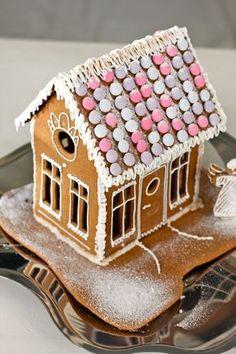 Gingerbread house, Looks Easy Enough. Christmas Candy Bar, Christmas Gingerbread House, Nordic Christmas, Christmas Makes, Christmas Baking, Holiday Fun, Christmas Time, Christmas Crafts, Christmas Decorations