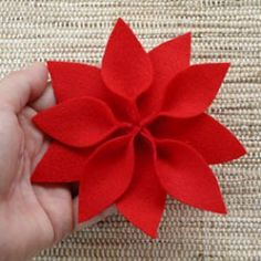 Como fazer a flor do natal em feltro, dica de artesanato Felt Christmas Decorations, Christmas Swags, Felt Christmas Ornaments, Christmas Sewing, Christmas Makes, Christmas Crafts, Felt Flowers, Diy Flowers, Fabric Flowers