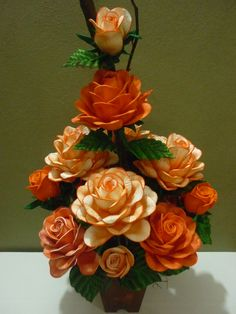 Rosas em eva                                                                                                                                                     Mais Nylon Flowers, Felt Flowers, Diy Flowers, Flower Arrangements Simple, Floral Centerpieces, Crepe Paper Flowers, Paper Roses, Acrylic Flowers, Paper Flower Tutorial