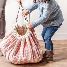 sac de jeux Pratique, léger, il se glisse dans un grand sac à dos, une valise ou se porte simplement seul.pour emporter ses jouets, chez des copains, a la plage ou en vacances.coton très solide servant de tapis de jeu très confortable, 140 centimètres de diam
