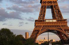 La tour Eiffel et en arrière plan, la tour Montparnasse. Tour Eiffel, George Washington Bridge, Paris, Tours, Travel, France Travel, Montmartre Paris, Viajes, Paris France