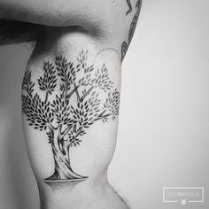 🌲 Oliveira para o Gustavo 🌲    Vlw brother!!  .  Para agendamentos e dúvidas: 11 3938 6288 - seg a sex, das 12:00h às 18:00h  .  #inkedlife #dotwork #pontilhismo #animaltattoo #geometrictattoo #surrealtattoo #blacktattoo #art #cutetattoos #blacktattoo #linetattoo #blackworkerssubmission #linework #inspiredtattoos #tattoo2me #love #meaningful #meaningfultattoos #blackart #cutetattoo #nature #olivetreetattoo #treetattoo