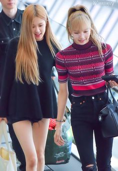 The King and Her queen 😏 . Cr:owner N-🤙🏻 Blackpink Fashion, Korean Fashion, Fashion Outfits, Jennie Lisa, Blackpink Lisa, K Pop, Girls Group Names, Blackpink Twitter, Black Pink Kpop