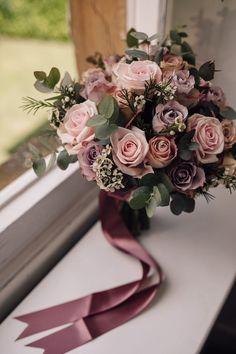 Elegante Pronovias Braut für eine Hochzeit in Urlaubsort auf Chateau de Cazenac mit ...