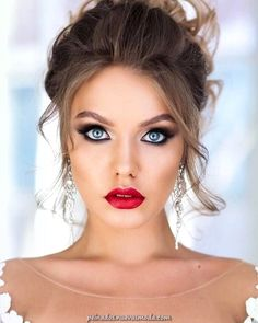 Makeup Ideas wedding makeup looks bright with long lashes and red lips geller_makeupstyle via… Wedding Makeup For Blue Eyes, Wedding Makeup Tips, Wedding Makeup Looks, Natural Wedding Makeup, Bride Makeup, Prom Makeup, Bridesmaid Makeup, Makeup For Brides, Natural Makeup