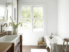 jolie-salle-de-bain-retro-chic-avec-baignoire-blanche-ancienne-lustre-baroque