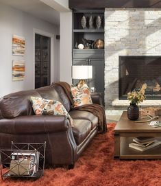 Cozy gray decorating - Living room mixing gray, brown leather and a warm colors and textures Living Room Decor Cozy, Rooms Home Decor, Rugs In Living Room, Living Room Color Schemes, Living Room Colors, Living Room Designs, Brown Leather Furniture, Grey And Brown Living Room, Brown Decor