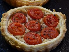 Mini-Quiche mit Tomaten auf weißer Bohnencreme