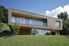 Haus DB Klaus — ARCHITEKTUR Jürgen Hagspiel Style At Home, Temporary Architecture, Hillside House, Concrete Wood, House On A Hill, Modern House Design, Building A House, Sweet Home, Villa