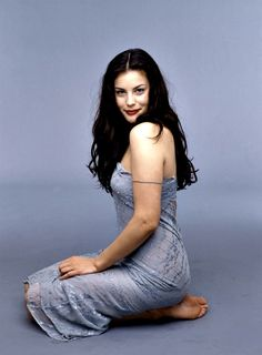 Liv Tyler is so beautiful. Her dad is Stephen Tyler of Aerosmith. He is definitely not pretty. Beautiful Celebrities, Beautiful Actresses, Gorgeous Women, Beautiful People, Liv Tyler 90s, Liv Tyler Style, Liv Tyler Hair, Cool Winter, Barefoot Girls