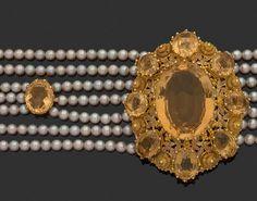 COLLIER ras du cou en or jaune 18k (750 millièmes) la partie centrale sertie d'une importante citrine dans un décor ajouré feuillagé entouré de huit citrines, monté sur sept rangs de perles de culture… - L'Huillier & Associés Hubert L'Huillier et Roman de Pontac - 05/05/2017
