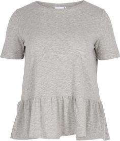 Denne fine bluse fra Zizzi har en flot detalje med flæser forneden, der giver blusen et feminint look.  Blusen er lavet i 100% bomuld, hvilket gør den både åndbar og komfortabel, og dermed perfekt til sommer.  Style denne bluse med et par af Zizzis slim fit jeans for et moderne og komfortabelt look.