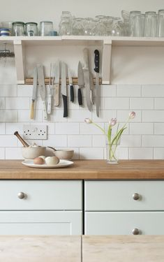I would be terrified of living with a kitchen with such a knife rack! Out of sight out of mind, please!