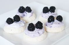 Små pavlovas med græsk yoghurt og brombær