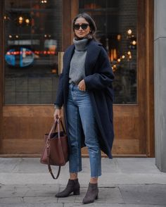 boots bag jeans grey turtleneck sweater navy blue coat Source by alexlowles outfit Looks Street Style, Looks Style, Classy Street Style, Classy Style, Street Look, Simple Style, Fall Winter Outfits, Autumn Winter Fashion, Jeans Outfit Winter