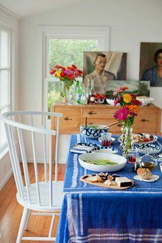un deco cocooning, table avec une nappe, fleurs, peintures