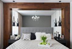 un grand lit en blanc et gris dans la chambre à coucher