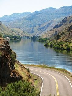 Hells Canyon Scenic Byway along the Snake River near Homestead, Oregon, USA.