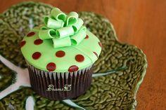 Cupcake Gift by ~ShamsD~, via Cupcake Gift, Cupcake Wars, Cupcake Frosting, Fondant Cupcakes, Baking Cupcakes, Cupcake Cookies, Cupcake Recipes, Cupcake Ideas, Polka Dot Cupcakes