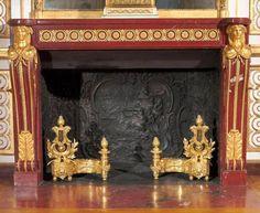 Cheminée du Cabinet de Louis XV du Château de Versailles en marbre Rouge Griotte et buste de femmes en bronze doré.