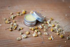 Ve vodní lázni jemně roztavte másla, přidejte oleje, odstavte z plotny a nechte chvíli odležet. Vmíchejte esenciální oleje a pak...